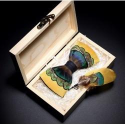 Motýlek z barevného peří - žlutý